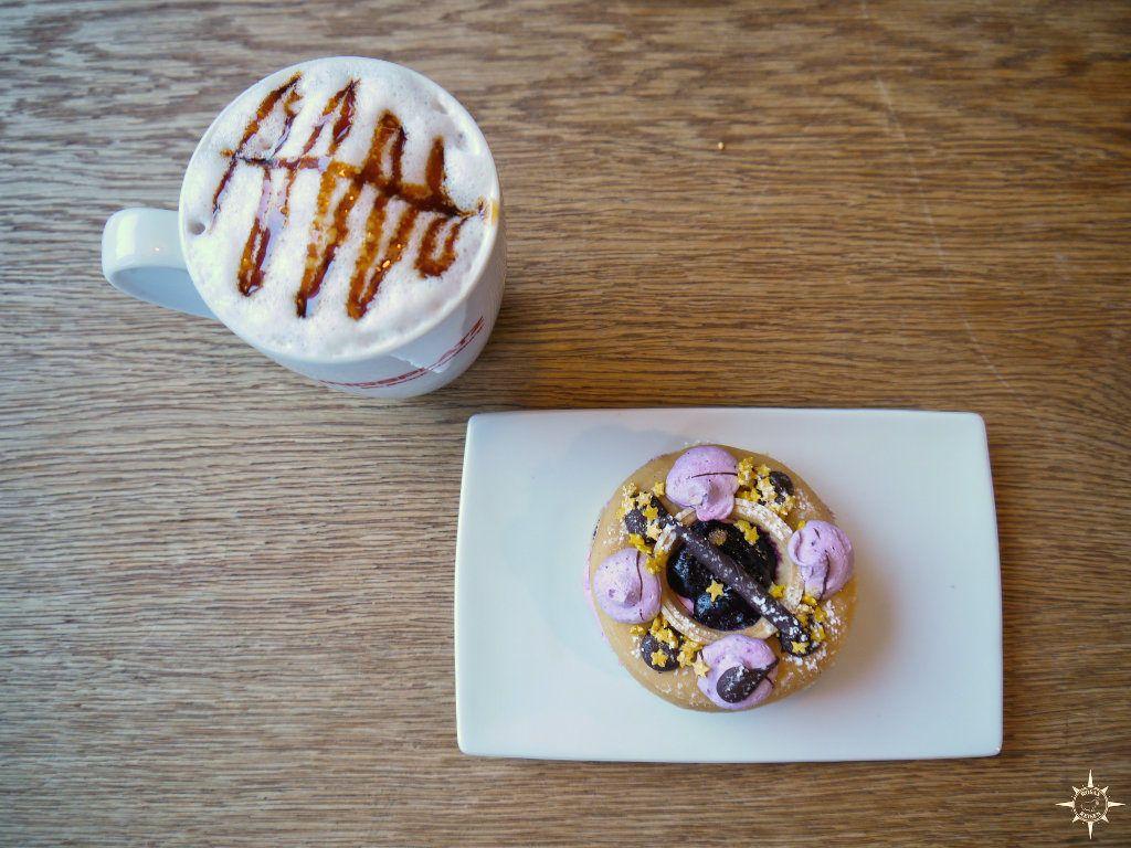 Weiße Karamellschokolade und ein Heidelbeer-Donut