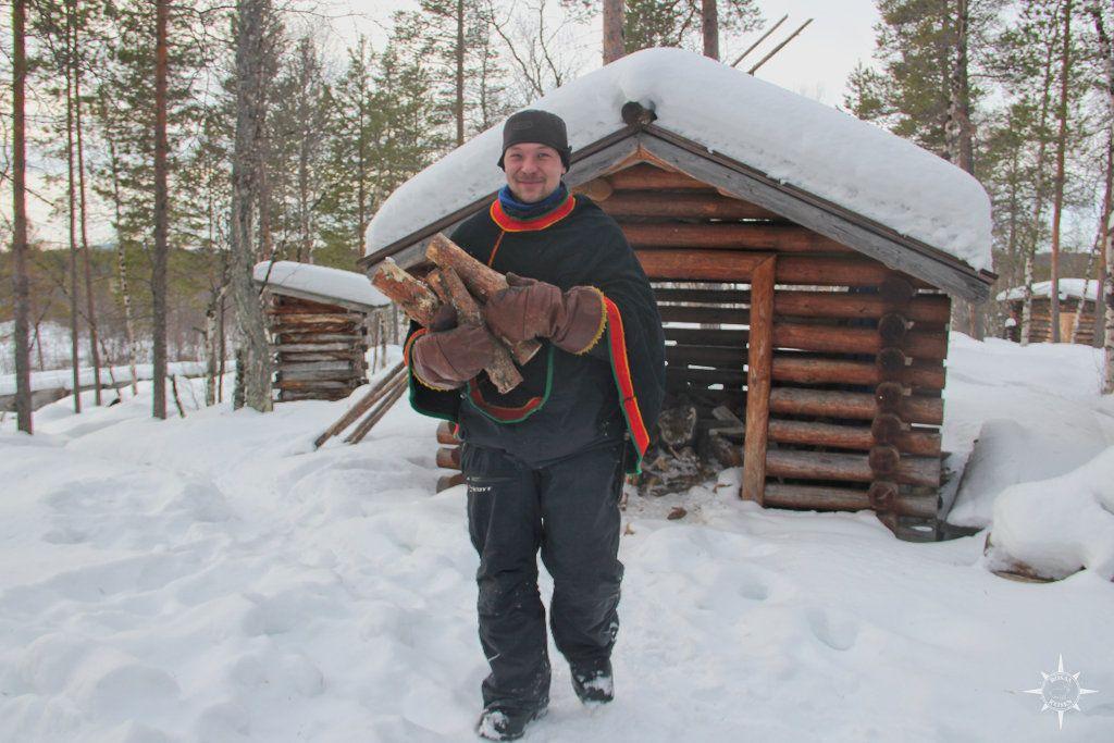 Hannu Pekka sammelt Feuerholz